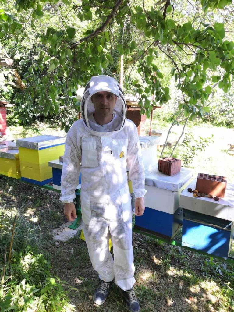 Ventilirajuća troslojna prozračna odjeća ima u kolekciji pčelarski kombinezon i pčelarsku jaknu s šeširom. Pčelarska jakna. Pčelarski kombinezon.